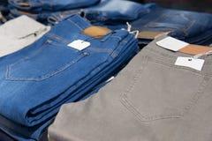 Deposito dei jeans: merci sugli shelfs Fotografie Stock Libere da Diritti