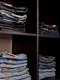 Deposito dei jeans: merci sugli shelfs Fotografie Stock