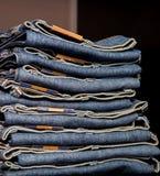 Deposito dei jeans: merci sugli shelfs Immagini Stock
