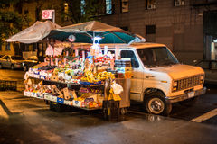 Deposito dell'automobile della frutta alla via di Mannhattan alla notte Fotografie Stock Libere da Diritti