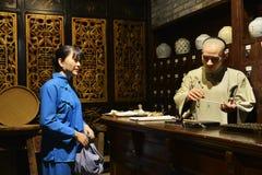 Deposito della medicina tradizionale della Cina o vecchia farmacia cinese Immagini Stock Libere da Diritti
