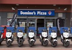 Deposito della pizza del domino a L'aia con i motorini nella parte anteriore fotografie stock libere da diritti