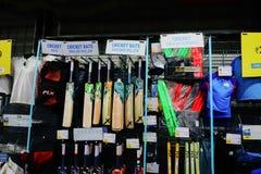Deposito di Dechathlon - il cricket mette in mostra le merci su esposizione da vendere immagini stock