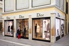 Deposito di Dior con le grandi finestre e gente a Venezia, Italia fotografie stock