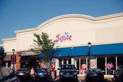 Deposito di Kids Clothing della giustizia nel centro commerciale concentrare immagini stock