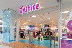 Deposito di Kids Clothing della giustizia nel centro commerciale concentrare immagine stock