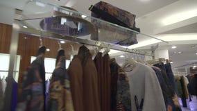 Deposito di lusso dei vestiti video d archivio
