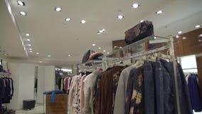 Deposito di lusso dei vestiti stock footage