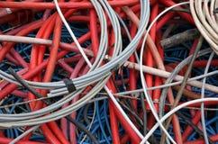 Deposito di vecchi cavi elettrici di vari dimensioni e colori colti Fotografie Stock
