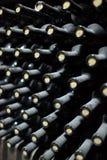 Deposito di vecchie bottiglie di vino Fotografie Stock Libere da Diritti
