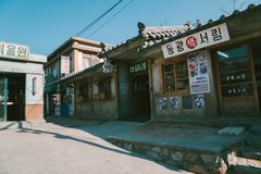 Deposito e via di vecchio libro coreano nel villaggio dal 1960 s - 70s di Jangsaengpo Fotografia Stock Libera da Diritti