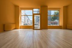 Deposito/negozio rinnovati - stanza vuota con il pavimento e lo shoppi di legno Immagine Stock Libera da Diritti