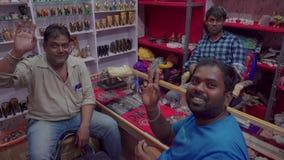 Deposito nella sera in un piccolo villaggio indiano archivi video