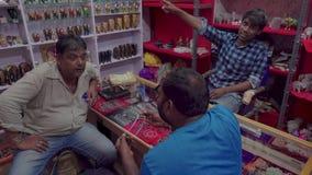 Deposito nella sera in un piccolo villaggio indiano video d archivio