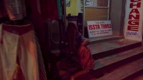 Deposito nella sera in un piccolo villaggio indiano stock footage