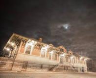 Deposito storico illuminato dalla luna della stazione ferroviaria della ferrovia Fotografia Stock