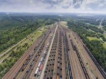 Depot mit vielen Eisenbahnen am Tag in der Stadt am sonnigen Tag Ansicht von Stockbild