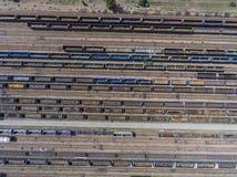 Depot mit vielen Eisenbahnen am Tag in der Stadt am sonnigen Tag Ansicht von Stockfoto