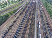 Depot mit vielen Eisenbahnen am Tag in der Stadt am sonnigen Tag Ansicht von Stockfotografie