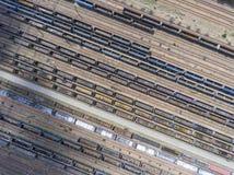Depot mit vielen Eisenbahnen am Tag in der Stadt am sonnigen Tag Ansicht von Lizenzfreie Stockfotografie