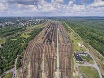 Depot mit vielen Eisenbahnen am Tag in der Stadt am sonnigen Tag Ansicht von Lizenzfreie Stockfotos