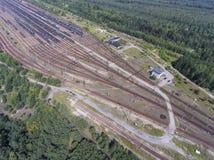 Depot mit vielen Eisenbahnen am Tag in der Stadt am sonnigen Tag Ansicht von Lizenzfreies Stockfoto