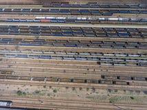 Depot mit vielen Eisenbahnen am Tag in der Stadt am sonnigen Tag Ansicht von Stockbilder