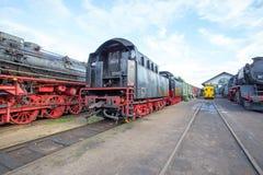 Depot von altmodischen Zuglokomotiven Stockfotos