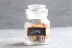 Depozytu lub oszczędzania pieniądze, dywidendy pojęcie Pieniądze tekst i słój Obrazy Stock