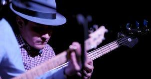 Deppighet i nattklubb - gitarristen spelar gitarren, slut upp arkivfilmer