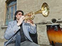 Deppighetmusiker testar trumpeten Royaltyfri Fotografi