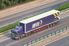 Deppon lastbil och släp på vägen, Peking, Kina Arkivbild