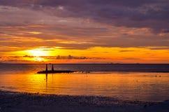 depred drastischer und bunter Sonnenuntergang am Strand Lizenzfreies Stockfoto