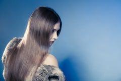 Depresión. Cara emocional triste de la cubierta de la muchacha del retrato con el pelo largo Fotos de archivo libres de regalías