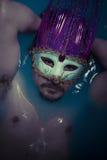 Depresión, hombre en tina azul por completo de agua, concepto de la tristeza Imagenes de archivo