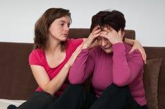 Depresión - la hija lamenta a la madre mayor foto de archivo