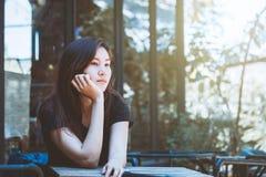 Depresión que se sienta del adolescente de la juventud de Asia en silla Fotografía de archivo