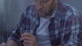 Depresión sufridora de consumición masculina de mediana edad desesperada de la vodka, adicción al alcohol metrajes