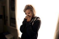 Depresión sufridora y tensión de la mujer atractiva que lloran solamente en dolor fotos de archivo