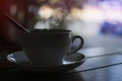 Depresja klucz bielu dym gorąca kawa z łyżką na drewnianym stole w sklep z kawą obrazy stock