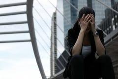 Depresja klucz tonujący wizerunek przygnębiona zaakcentowana młoda Azjatycka biznesowej kobiety nakrycia twarz z rękami cierpi od zdjęcia stock