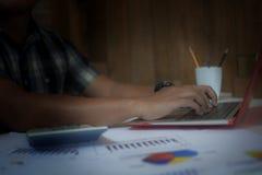 Depresja klucz zakończenie up ręka pisać na maszynie klawiaturę los angeles biznesowy mężczyzna Obraz Stock