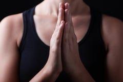 Depresja klucz, zamyka up ręki wierny kobiety modlenie zdjęcie royalty free
