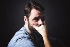 Depresja kluczowy portret mężczyzna obsiadanie w zmroku i Obrazy Stock