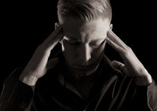 Depresja kluczowy portret mężczyzna z oczami zamykał, czarny i biały. Obrazy Stock