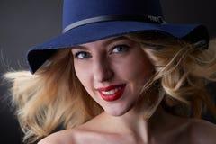 Depresja kluczowy portret splendor blond kobieta, będący ubranym kapelusz, patrzeje w kamerze, studio strzał, zamazany tło, dnia  Zdjęcie Royalty Free