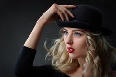 Depresja kluczowy portret splendor blond kobieta, jest ubranym kapelusz, studio strzał, zamazany tło, dnia światło Zdjęcia Stock