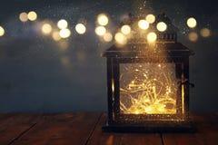 depresja kluczowy wizerunek czarodziejskich świateł inside stary lampion zdjęcia stock