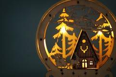 Depresja kluczowy wizerunek magiczna boże narodzenie scena drewniany sosnowy las, buda i Santa, Claus nad saniem z deers fotografia stock