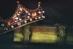 depresja kluczowy wizerunek piękna królowej, królewiątka korona na starej książce/ zdjęcia stock
